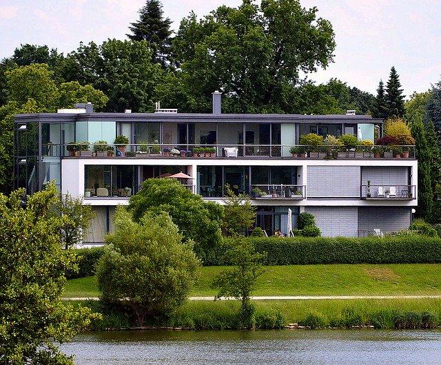 casa immersa nel verde